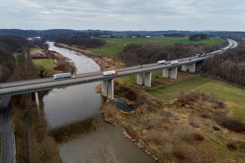 Trotz Baustelle soll der Verkehr auf der Muldebrücke bei Grimma in jeder Fahrrichtung zweispurig fahren können.