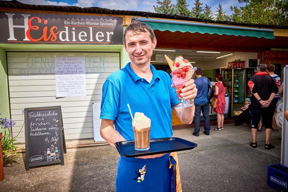 """""""Die Menschen ein bisschen glücklich machen."""" Eisdielenchef Wladimir Wagner mit Erdbeereisbecher und Eiskaffee auf dem Weg zu seinen Gästen."""