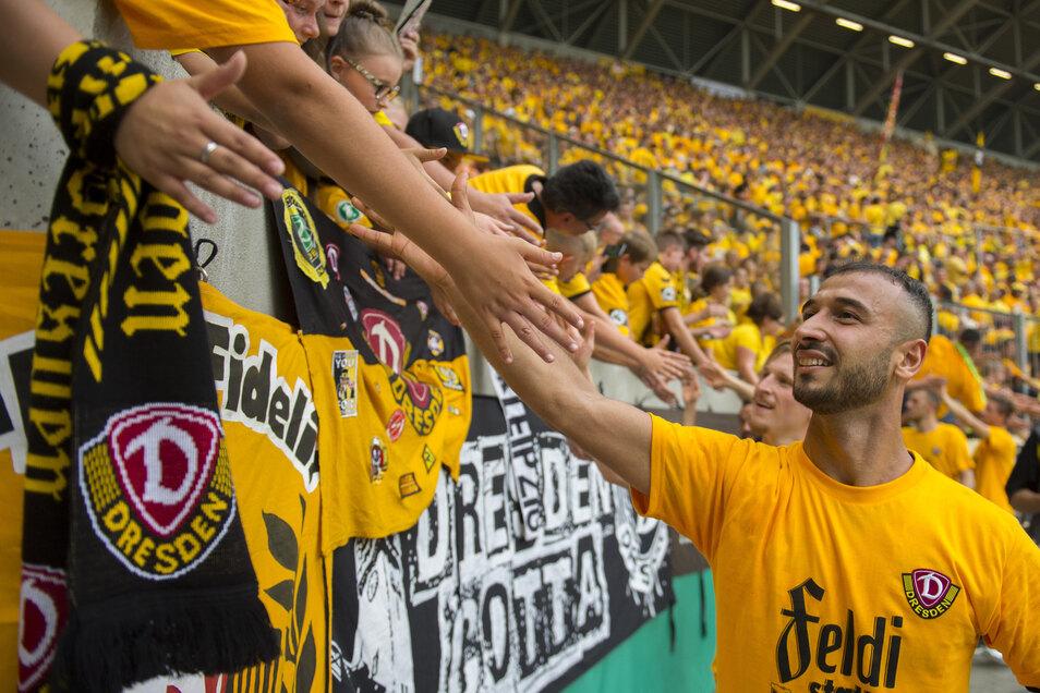 Auch Akaki Gogia bedankt sich bei den Dynamo-Fans. Er war für den Doppel-Torschützen Stefan Kutschke eingewechselt worden und hatte im Elfmeterschießen ebenfalls getroffen.