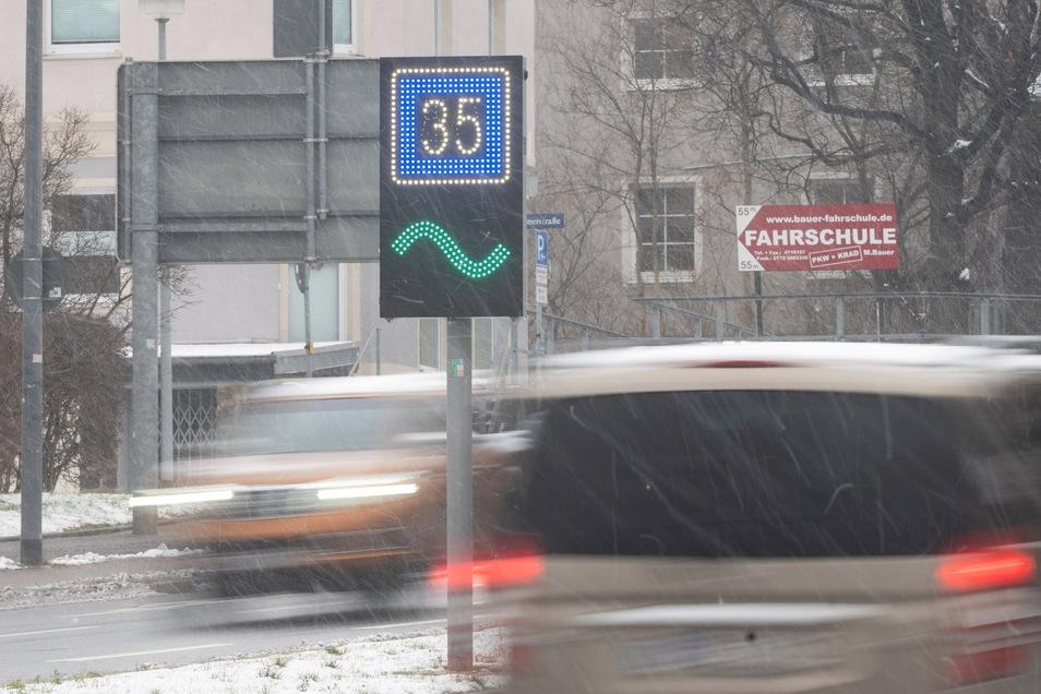 An der Bergstraße in Dresden ist bereits im Winter eine Grüne-Welle-Tafel installiert worden. Sie zeigt die Geschwindigkeit an, die nötig ist, um die nächste Ampel bei Grün zu erreichen,.