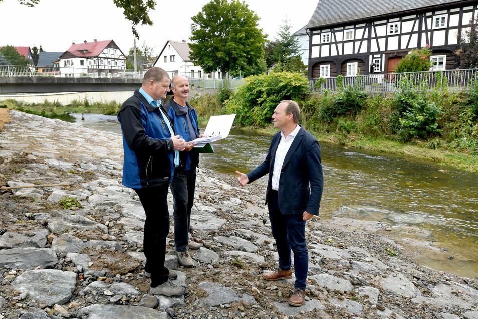 Sebastian Fritze (l.)und Uwe Matschulla von der Landestalsperrenverwaltung erklären Minister Wolfram Günther (r.) die Arbeiten.