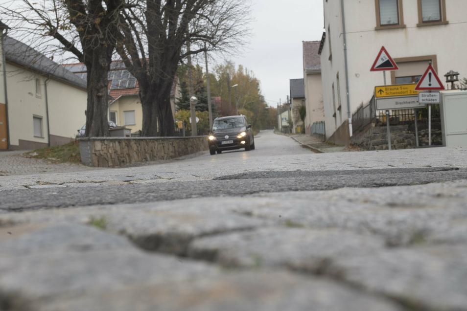 Die Bergstraße in Haselbachtal ist in einem schlechten Zustand. Am Montag beginnen Bauarbeiten.
