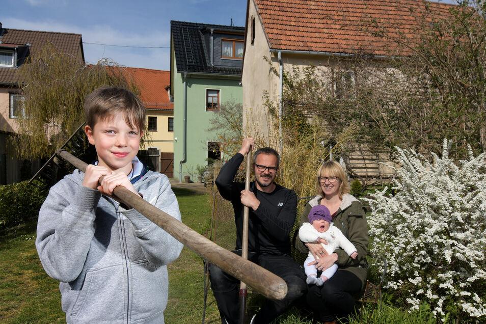 Statt im Wellnesshotel verbringen Nadine Tändler und Oliver Beyer mit Colin und Frieda die Ferien im Garten.