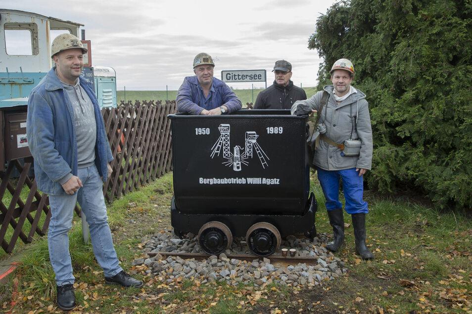 Letzte Fuhre vor 30 Jahren: Der Bergbau- und Hüttenverein Freital und die Windbergbahner stellen in Dresden-Gittersee einen ehemaligen Grubenwagen auf.