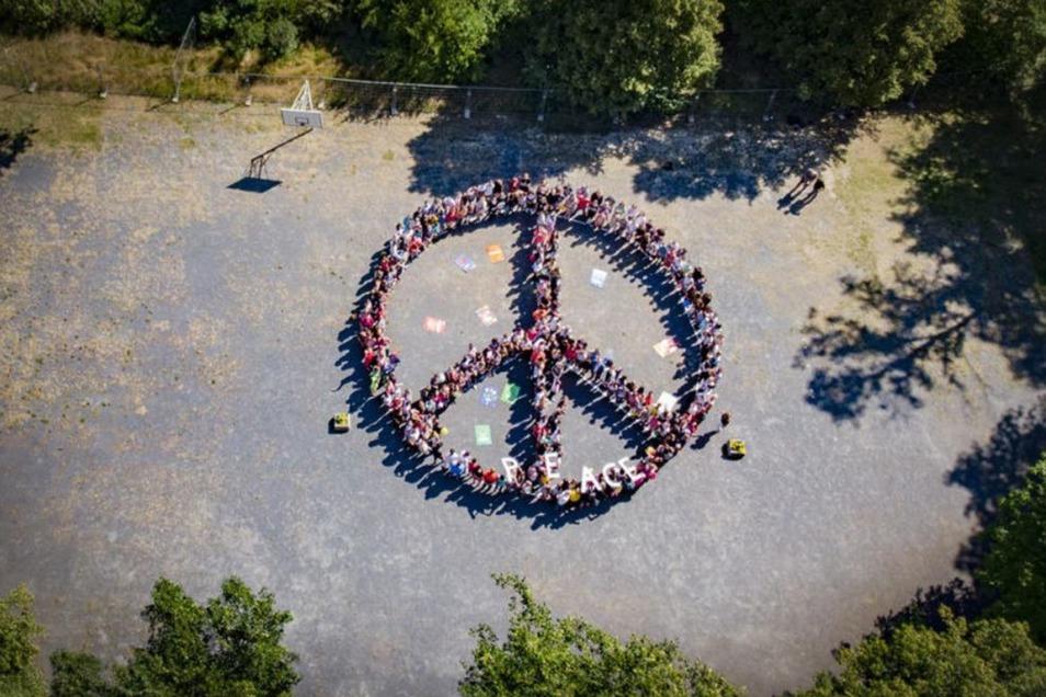 Ein Peace-Zeichen aus fast 300 Schülerinnen und Schülern wurde am Donnerstag auf dem Schulhof der 2. Oberschule Kamenz gebildet.