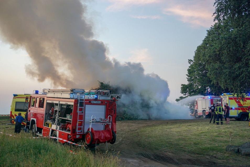 Bei einer Sonnenwendfeier in Steinigtwolmsdorf sind am Sonnabendabend acht Menschen verletzt worden.