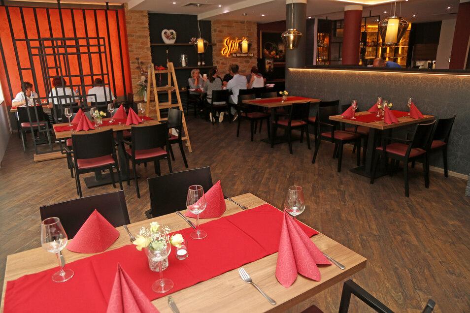 Nur mäßig besetzt: Restaurant Wettiner Hof in Riesa. Ab nächste Woche dürfen in Sachsen wieder größere Hochzeitsfeiern oder Geburtstage in Gaststätten stattfinden.