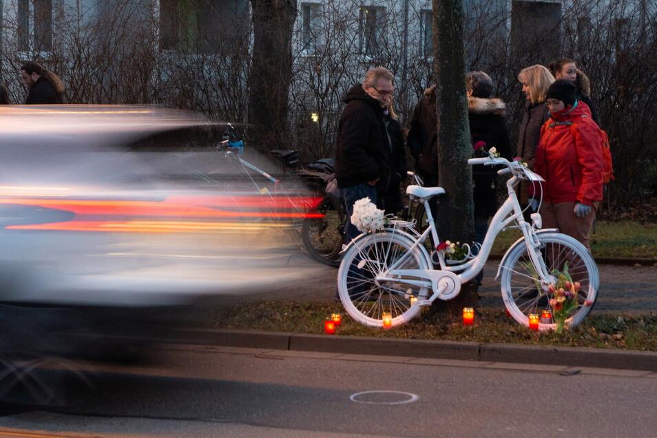 Gedenken an getötete Radfahrer: Weiße Geisterräder gibt es mittlerweile in vielen deutschen Städten, allein in Berlin sind es inzwischen rund 150. Dieses hier wurde nach einem tödlichen Unfall an der Reicker Straße in Dresden aufgestellt.