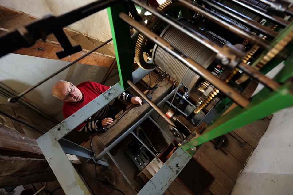 Olaf Böttcher wartet seit etwa zehn Jahren die Kamenzer Rathausuhr. Doch derzeit steht das Uhrwerk still, weil ein wichtiges Teil zur Reparatur ist.