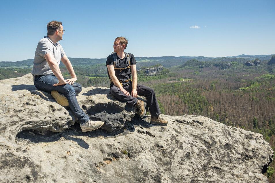 Mal ganz ohne Anzug: Ministerpräsident Michael Kretschmer (r.) und Gesundheitsminister Jens Spahn bei einer Wanderpause im Schrammsteingebiet.