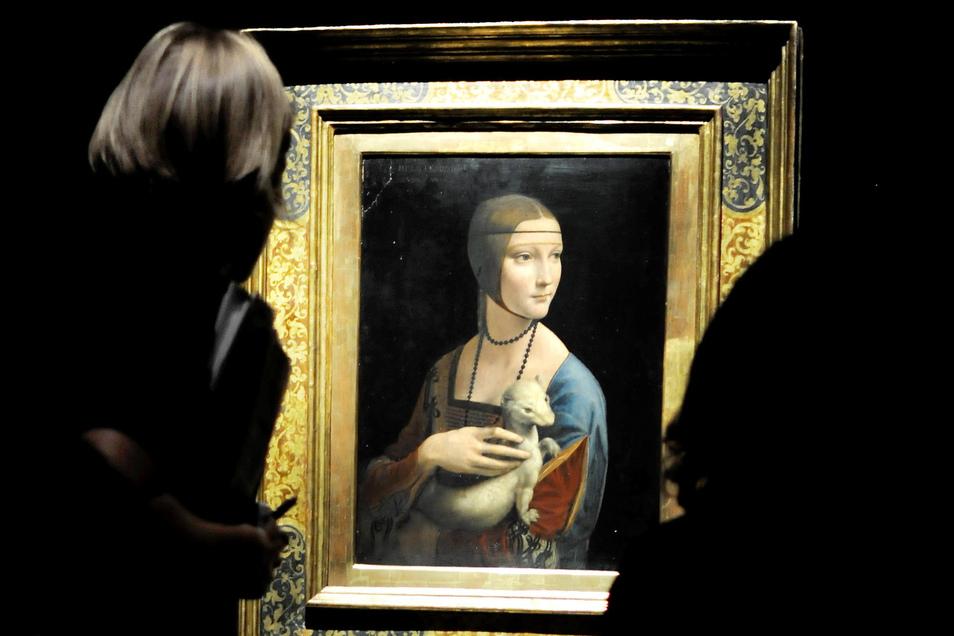 """Leonardo da Vinci ist noch immer weltberühmt und füllt Ausstellungshallen. Hier betrachten Besucher einer multimedialen Leonardo-Ausstellung sein Gemälde """"Dame mit Hermelin""""."""