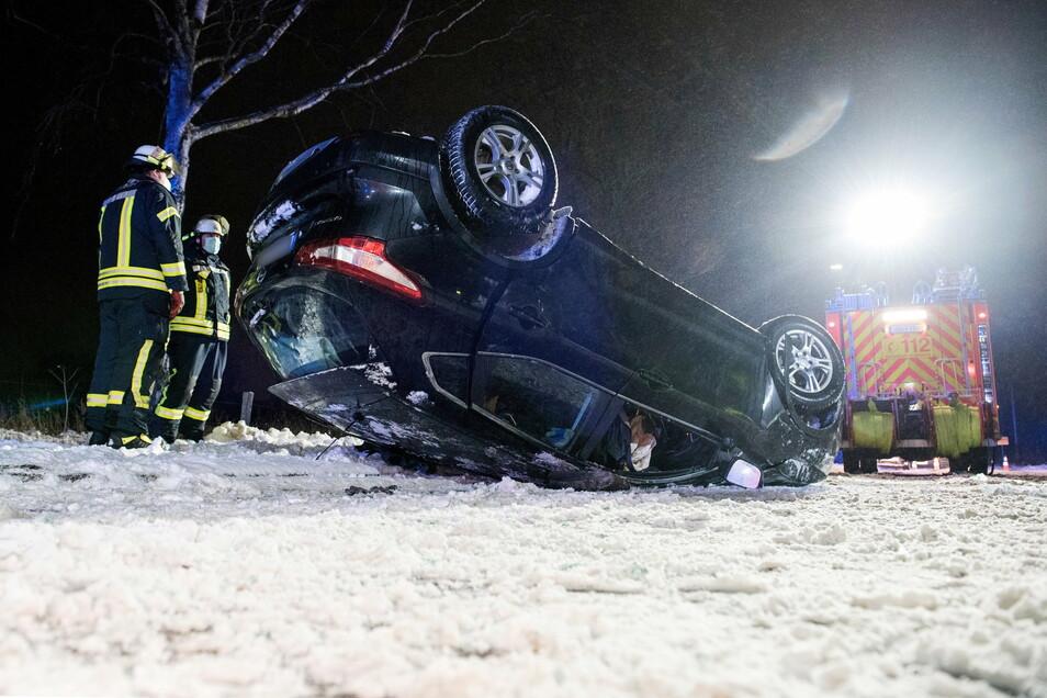 Ein Auto liegt auf der Landstraße zwischen Oststeinbek und Havighorst nach einem Verkehrsunfall auf dem Dach. Der Wagen war auf der glatten Straße von der Fahrbahn abgekommen.
