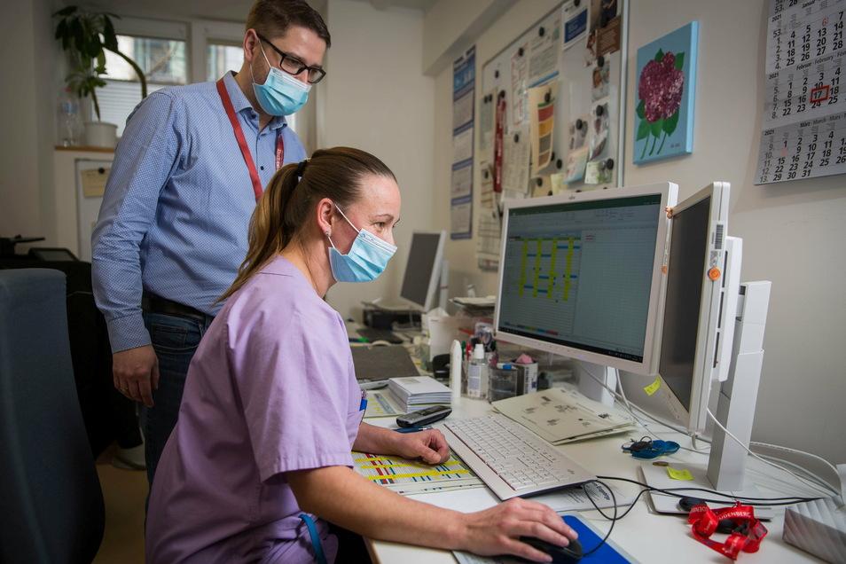 Andreas Kunde managt im Uniklinikum die komplette Reinigung. Vorarbeiterin Zaneta Wirthgen gehört zu seinem Team mit 265 Mitarbeitern. Jeden Morgen bangt sie, ob ihre tschechischen Kollegen es rechtzeitig zu ihrem Dienst schaffen.