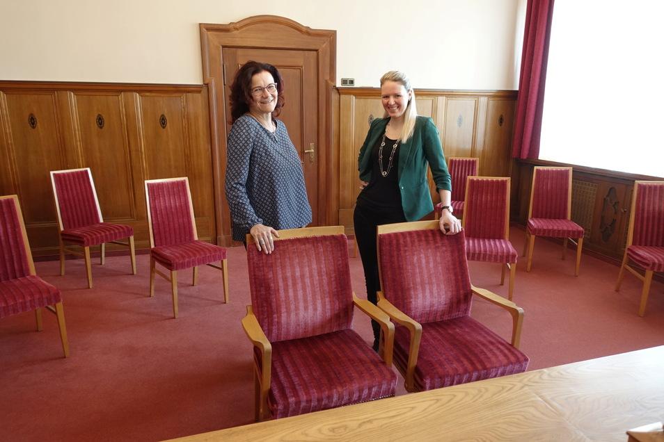 Irina Schädlich (links) und Mandy Neumüller, die Standesbeamtinnen der Stadt Döbeln, stehen im deutlich ausgeräumten Trauzimmer des Rathauses. Statt 30 sind hier nur noch Stühle für zehn Gäste in weitem Abstand aufgestellt.