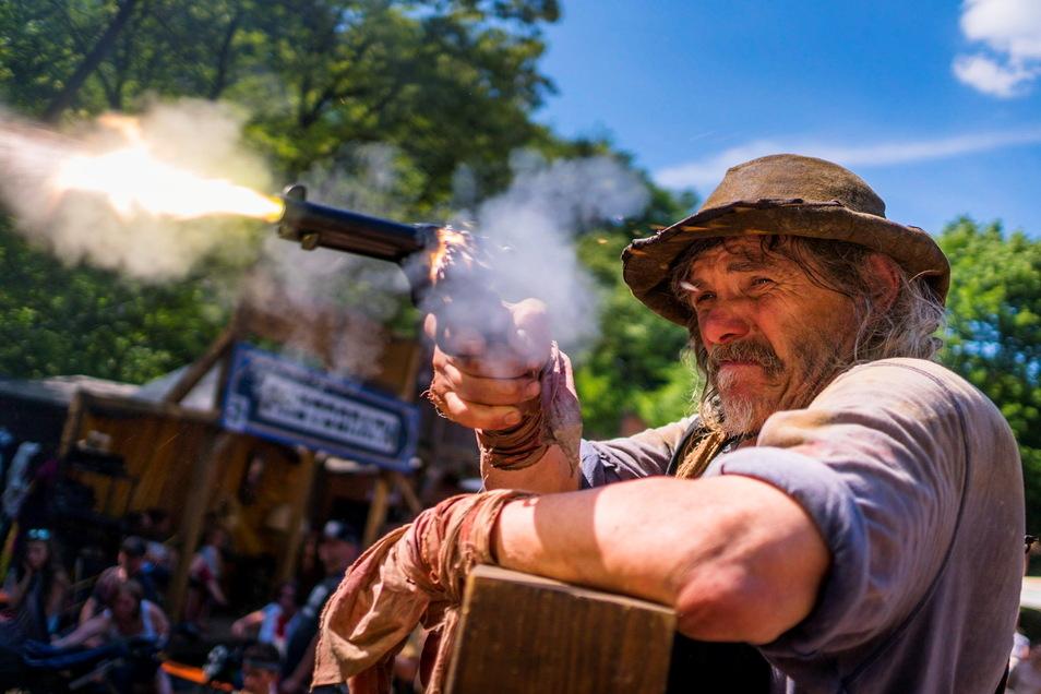 Halunke Locci (Franz Lasch) lässt seinen Colt nicht im Lößnitzgrund, sondern in Wahnsdorf rauchen.