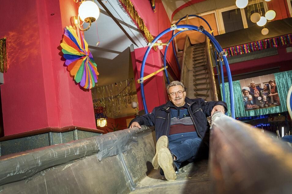 Erich Knott ist ein Strehlaer Karnevals-Urgestein und von Anfang an dabei. Der heute 73-Jährige hat einst die Rutsche konstruiert, die noch immer zu den Dauerattraktionen des Strinkser Faschings gehört.