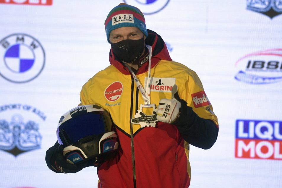 Maske auf und Daumen hoch. Francesco Friedrich hat den Weltcup-Auftakt im Zweierbob im lettischen Sigulda gewonnen.
