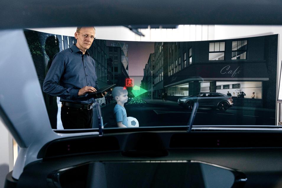"""Die Hologramme von SeeReal Technologies schweben räumlich in """"greifbarer"""" Nähe des Fahrers durch das Auto."""