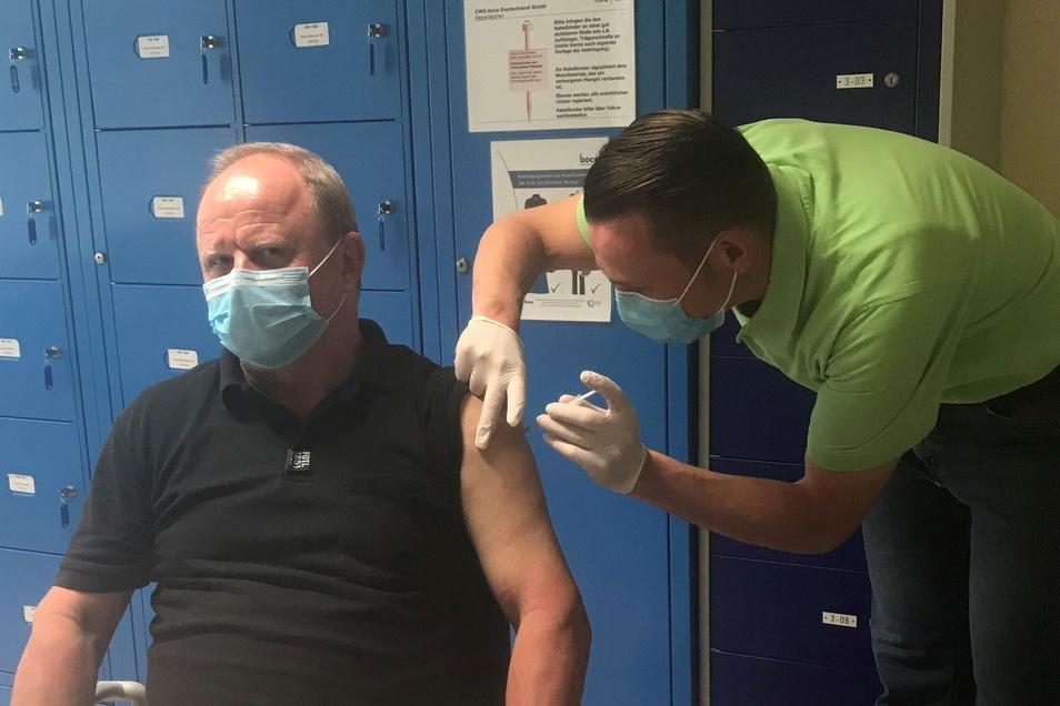 Der Gröditzer Ausbilder Andreas Donat gehörte zur ersten Gruppe, die sich am Dienstag impfen ließ.