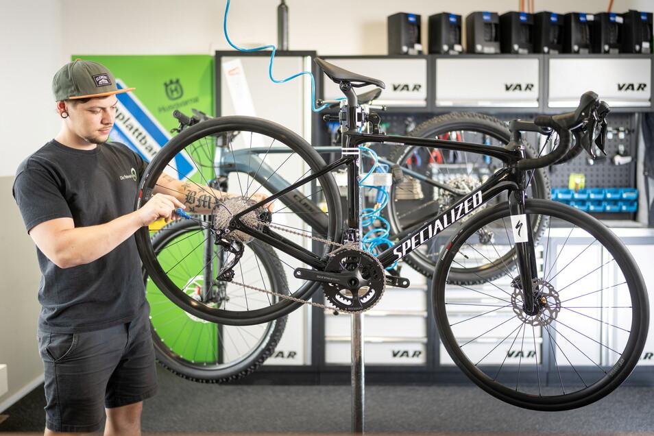 Fahrrad-Monteur David Liebe überprüft in der Freitaler K & K-Filiale die Schaltung eines Rennrads. Die Lieferzeiten von Ersatzteilen betragen inzwischen mehrere Wochen.