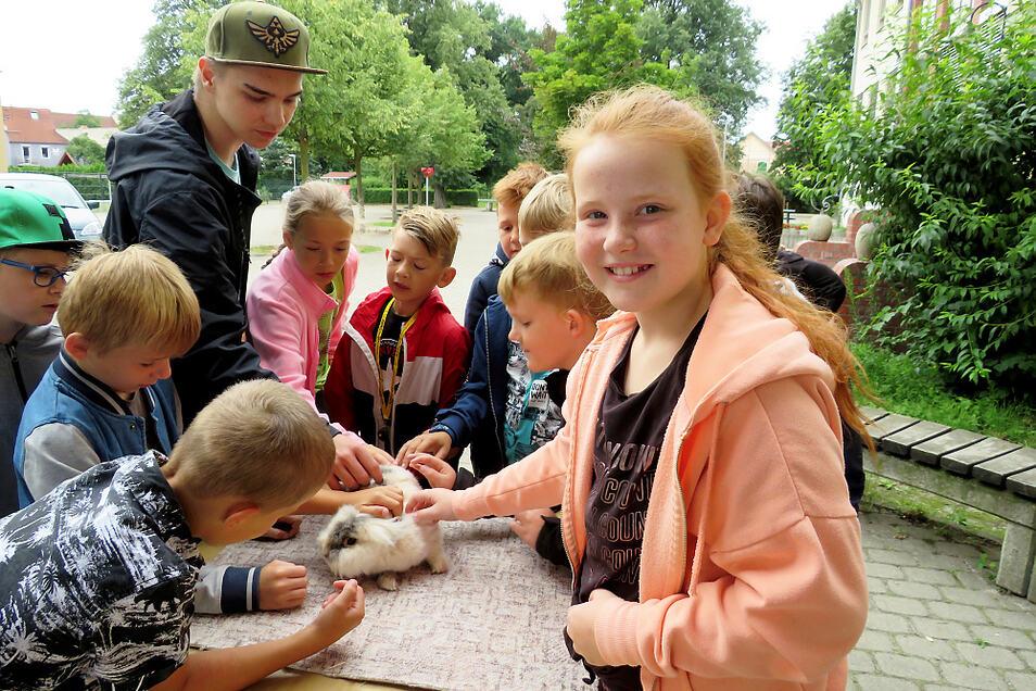 """Die Kaninchen und Tauben von Harald Jordan und Enkelsohn Niclas waren beim Haustiertag der Grundschule """"Am Park"""" von Streichelwilligen umringt."""
