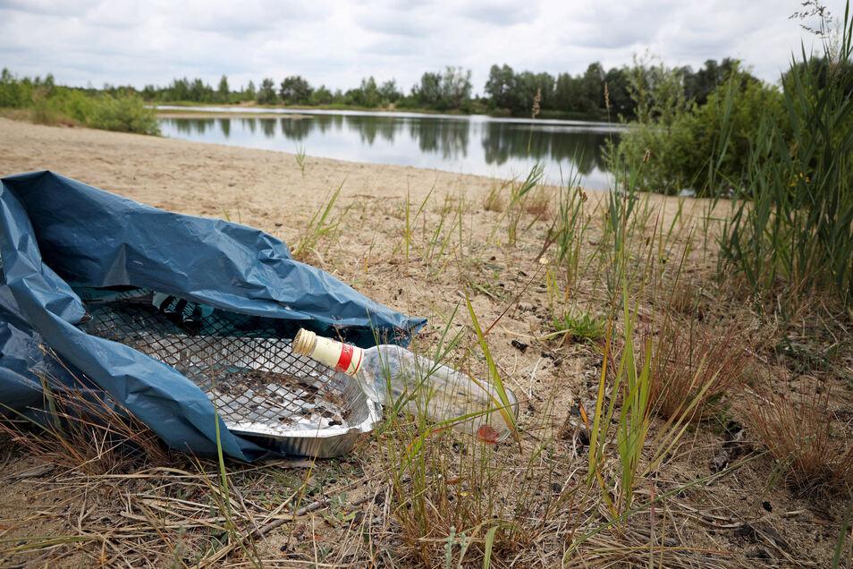 Kein schöner Anblick: Müll, der noch am Montag am Kiessee Nieska herumlag. Die Angler machen dafür illegale Badegäste verantwortlich.