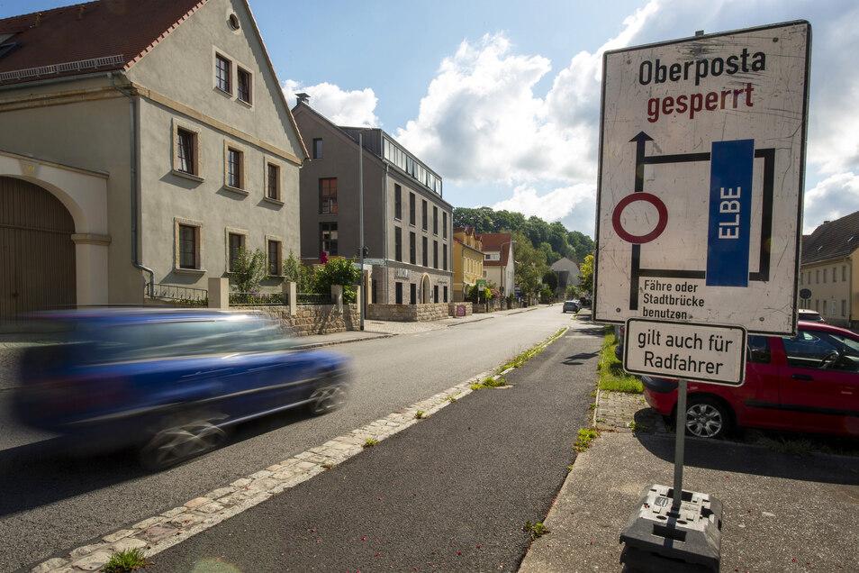 Das Hinweisschild für den gesperrten Ortsteil Oberposta steht am Hauptplatz in Pirna-Copitz.