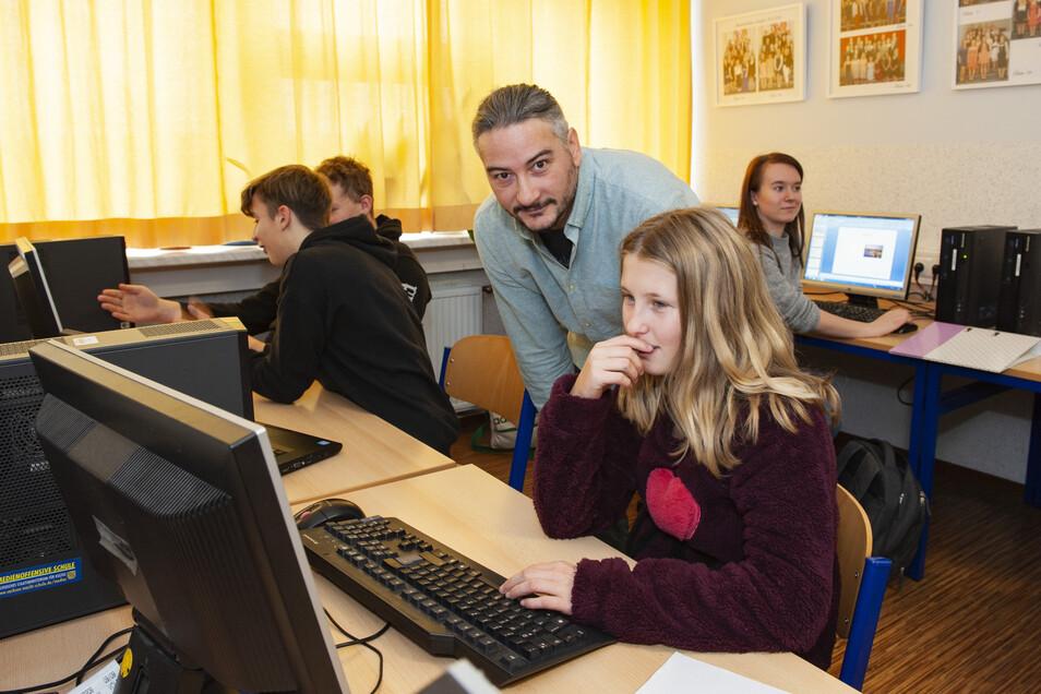 Sven Dietze ist ein Seiteneinsteiger und gibt nun in der Oberschule Ebersbach Unterricht. Annabelle lässt sich gerade eine Aufgabe am Computer erklären.