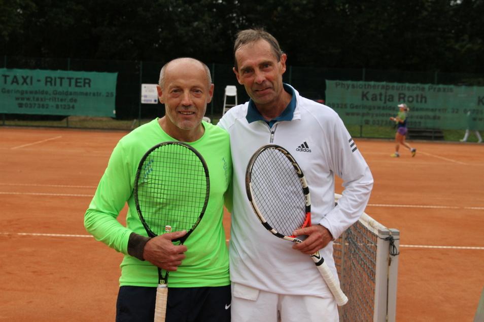 Beim 22. Bernd-Hoyer-Gedenkturnier hat Jiri Mares (links) vom 1. TC Waldheim im Finale der Herren 60 Volker Stoll aus Radebeul in zwei Sätzen bezwungen.
