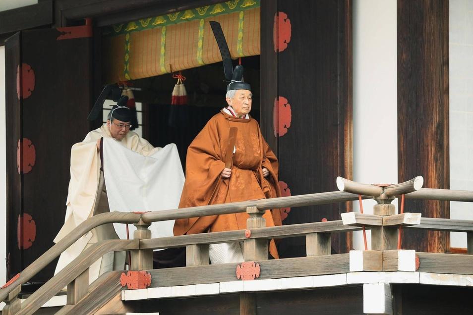 Gekleidet in der modernen Version einer jahrhundertealten höfischen Tracht vollführte der 85 Jahre alte Monarch am Dienstag in den Schreinen seines Palastes religiöse Riten.
