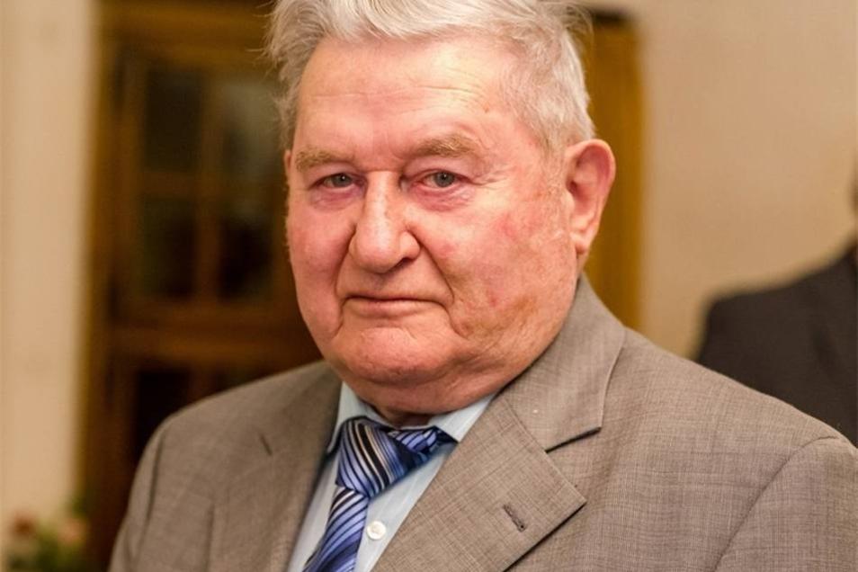 Manfred Volenec  Ein bisschen sei er ja aus dem Geschäft, sagt Manfred Volenec. Immerhin ist es 25 Jahre her, dass er vier Jahre lang Bürgermeister von Röhrsdorf war. Danach saß er noch im Ortschaftsrat. Und es interessiert ihn bis heute, was so im Ort und darüber hinaus passiert. Der heute 86-Jährige hat es am Donnerstag genossen, viele Leute zu treffen.