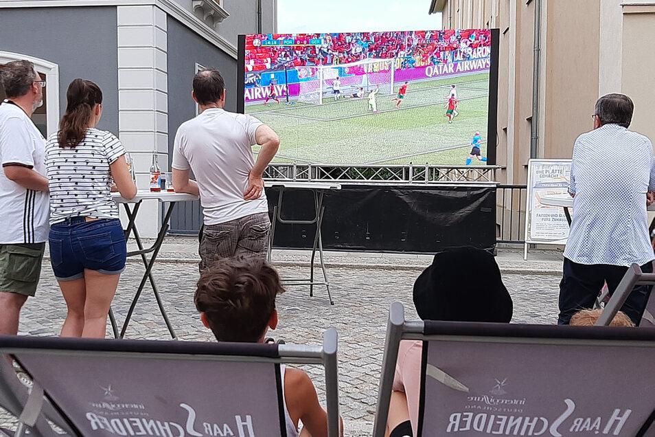 Am 19. Juni konnte man in der Kirchstraße Hoyerswerda das Spiel Deutschland-Portugal verfolgen. Am 29. Juni ist an selber Stelle Deutschland-England zu sehen.