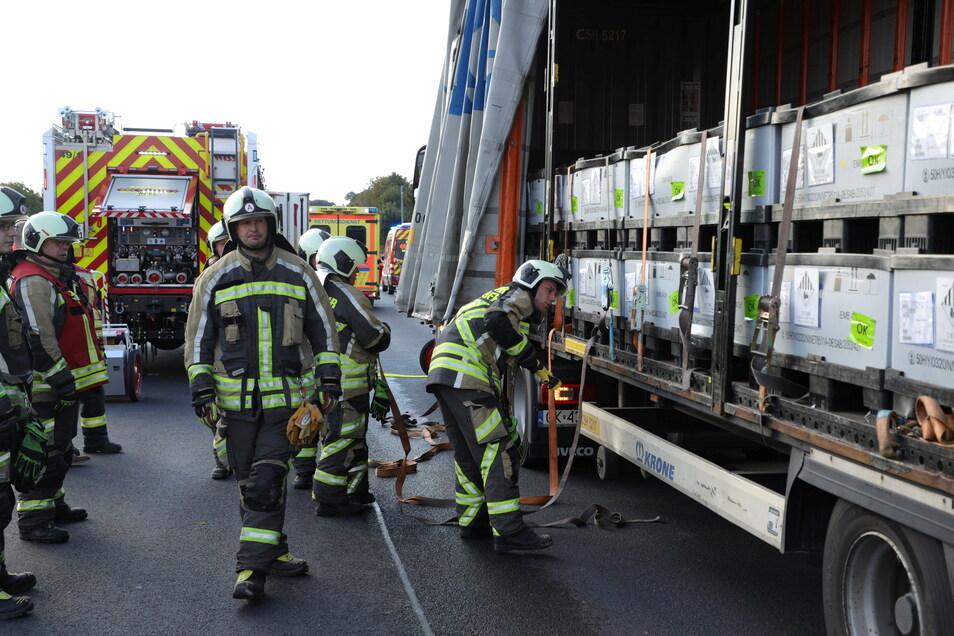 Der Feuerwehr begutachtet die Ladung Batterien.