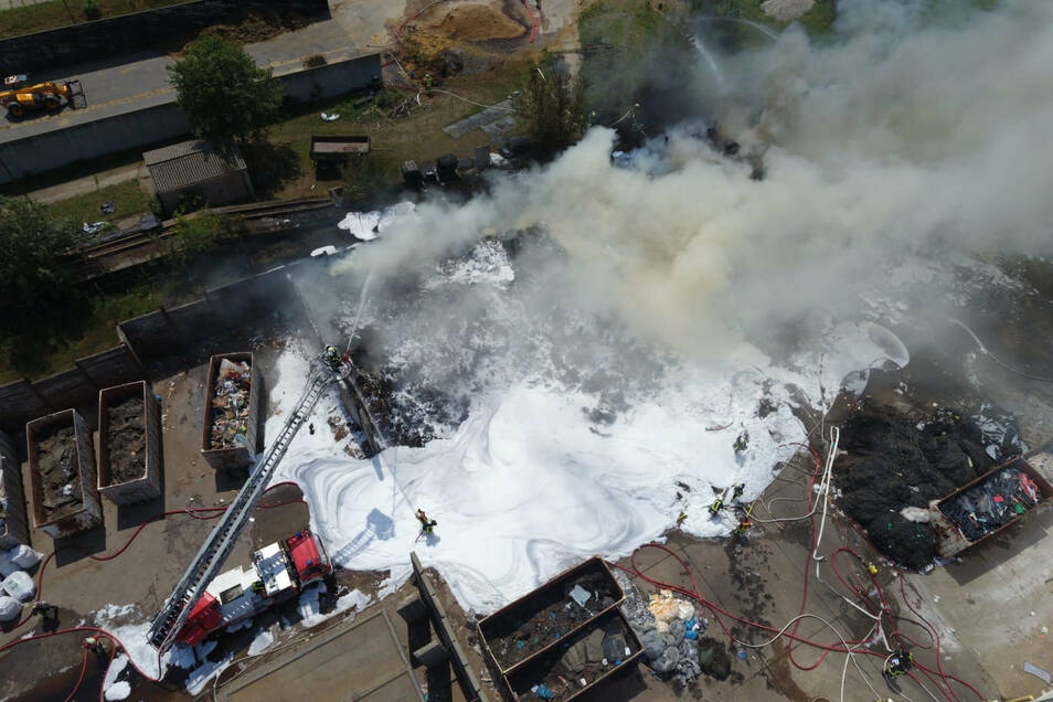 Von einer Drohne der Feuerwehr aus wird das ganze Ausmaß des Brandes sichtbar.