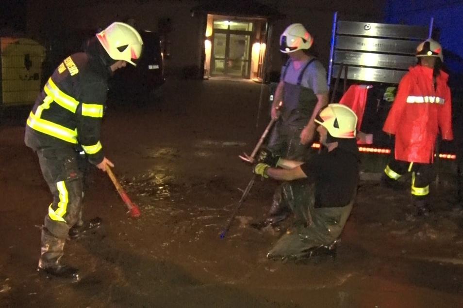 Nächtlicher Feuerwehreinsatz in Neundorf: Wasser und Schlamm hatten Gullys und Kanäle verstopft.
