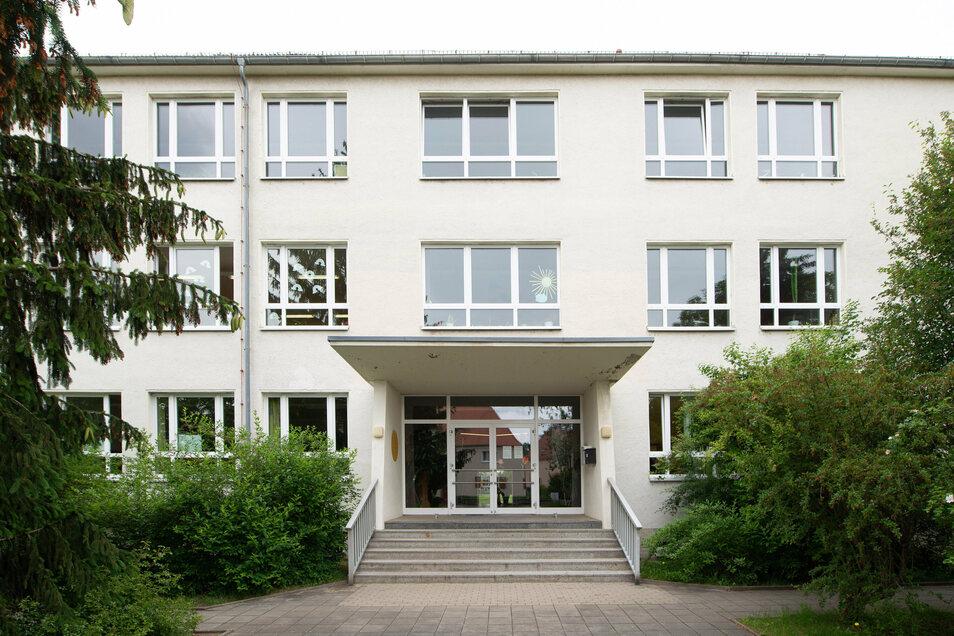 Das jetzige Gebäude der Grundschule Süd in Radeberg bleibt erhalten. Dort sollen künftig Kita und Hort untergebracht werden. Für alle Schüler wird ein neues Schulhaus errichtet. Dafür hat sich einstimmig der Stadtrat ausgesprochen.