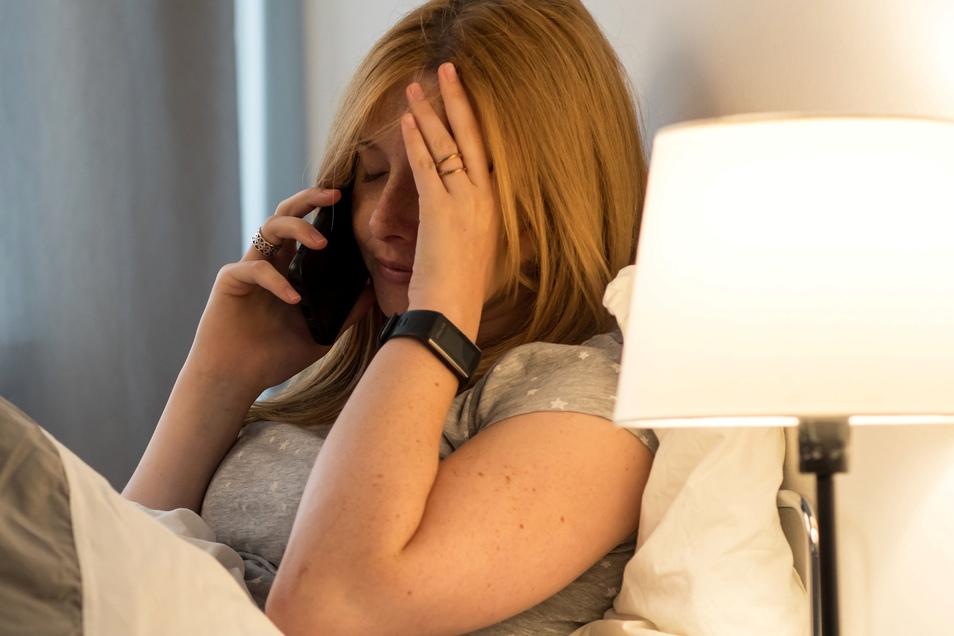 Stecken sich Arbeitnehmerinnen oder Arbeitnehmer im beruflichen Umfeld mit dem Coronavirus an, kann das als Berufserkrankung oder Arbeitsunfall gelten. Dauermüdigkeit ist eine der häufigsten Folgen.