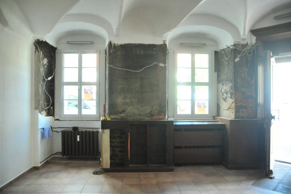 Nachdem die typischen Holzmöbel abgebaut werden mussten, kamen verschiedene Schichten Putz zum Vorschein. Sie sollen erhalten bleiben.
