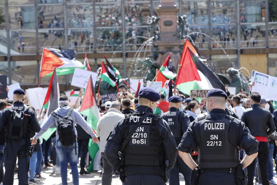 Pro-palästinensiche Demonstranten und Unterstützer versammelten sich auf dem Leipziger Augustusplatz.