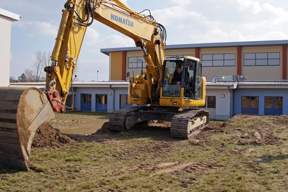 Die Königsbrücker Oberschule wird erweitert. Beim Baustart saß Landrat Michael Harig (CDU) selbst im Bagger.