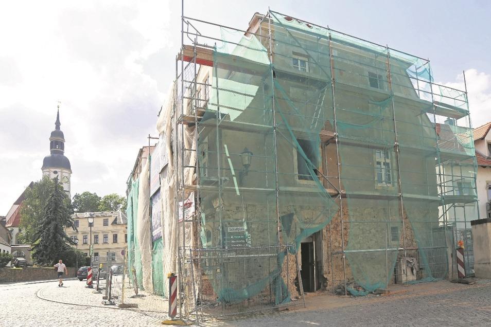 Das Gebäude steht direkt an der B 182 in Strehla. Schon seit Jahren verfiel das Haus zusehends.
