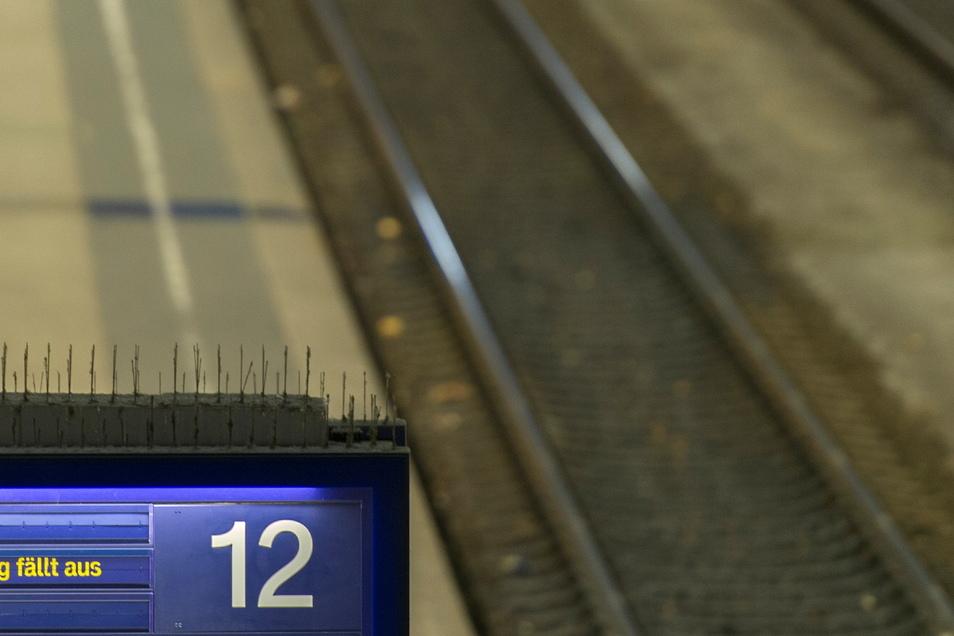 Es ist wieder Zeit für Anzeigetafeln, die reihenweise Zugausfälle ankündigen – wie hier auf dem Dresdner Hauptbahnhof. Das Foto entstand bei einem früheren Lockführerstreik.