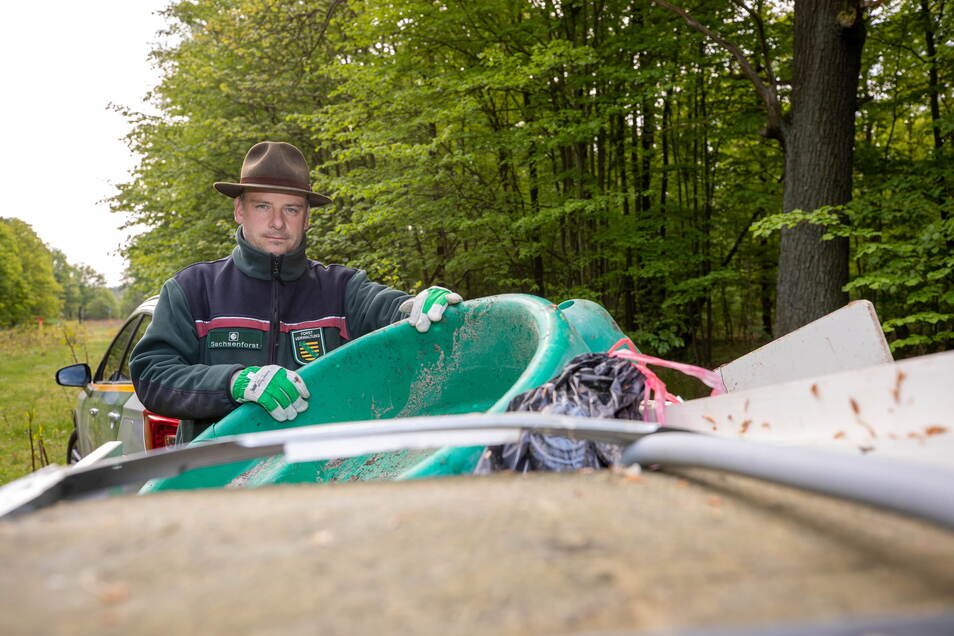 Bereits im vergangenen Jahr musste Revierförster Michael Blaß illegal entsorgten Sperrmüll aus dem Wald bei Graupa ziehen. Das ist in diesem Frühjahr leider nicht anders.