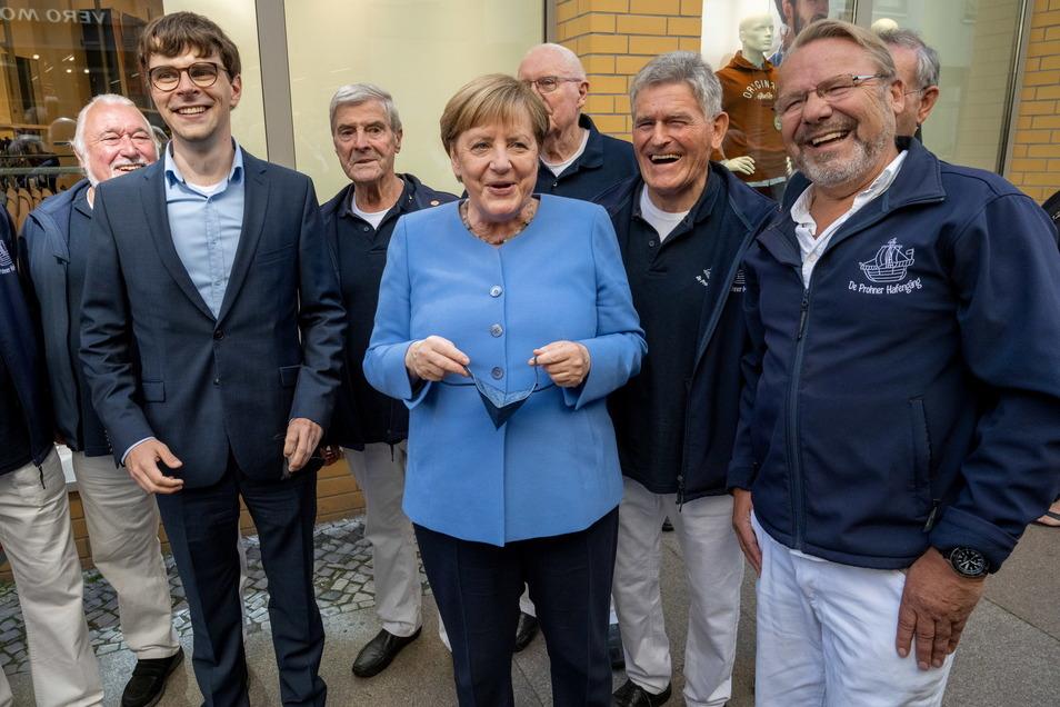 """Die Bundeskanzlerin umringt vom Shanty Chor """" De Prohner Hafengäng""""."""