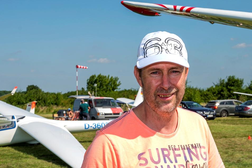 """Jens Neumann ist Vorsitzender des Segelfliegerclubs. """"Wir sind ein sehr spezieller Verein"""", sagt er. Es gehe hier lockerer zu als bei den größeren Vereinen."""