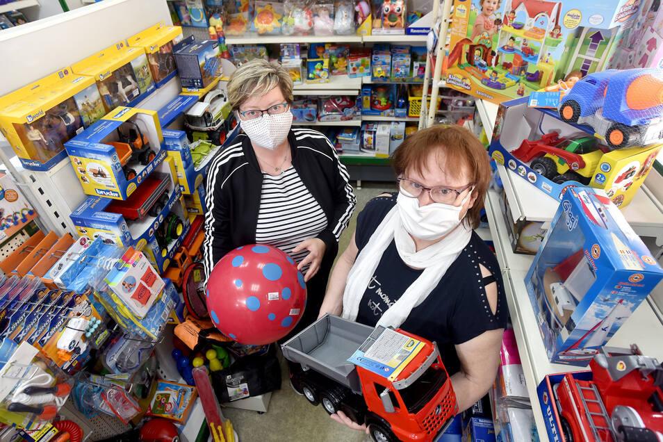 Ivonne Sänger und Helga Neugebauer freuen sich, dass die Kunden wieder den Weg in Löbaus Traditions-Spielwarenladen Langenfeld finden.