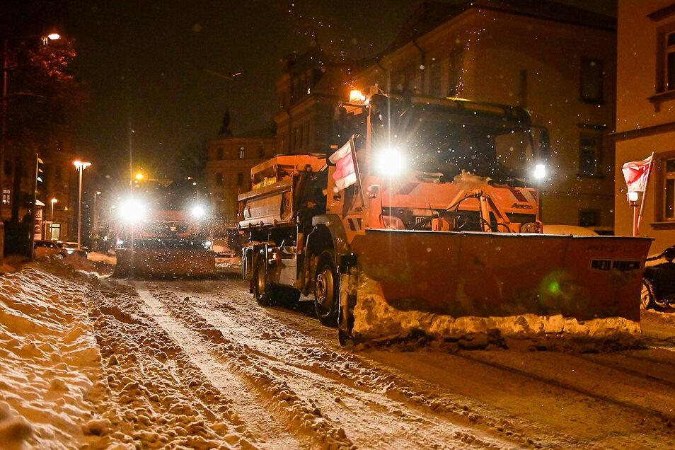 Zwei Schneepflüge waren in der Nacht zum Dienstag unter anderem auf der Bürgerstraße in Pieschen im Einsatz, um die Straßenbahngleise freizuschieben.