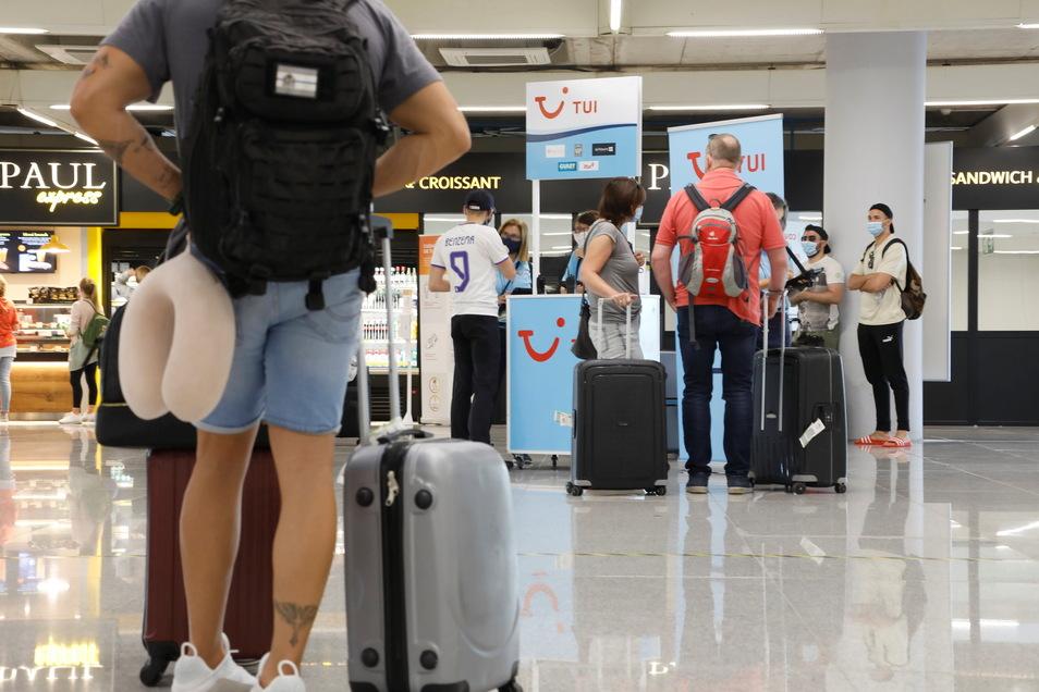 Passagiere halten sich am Flughafen von Palma de Mallorca auf.