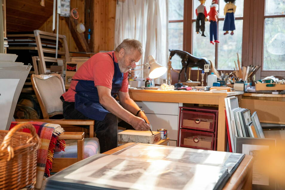 Der Lungkwitzer Ekkehard Schneider im Atelier. Hier zeichnet er seine Bilder auf die Druckplatten aus Kalkstein.