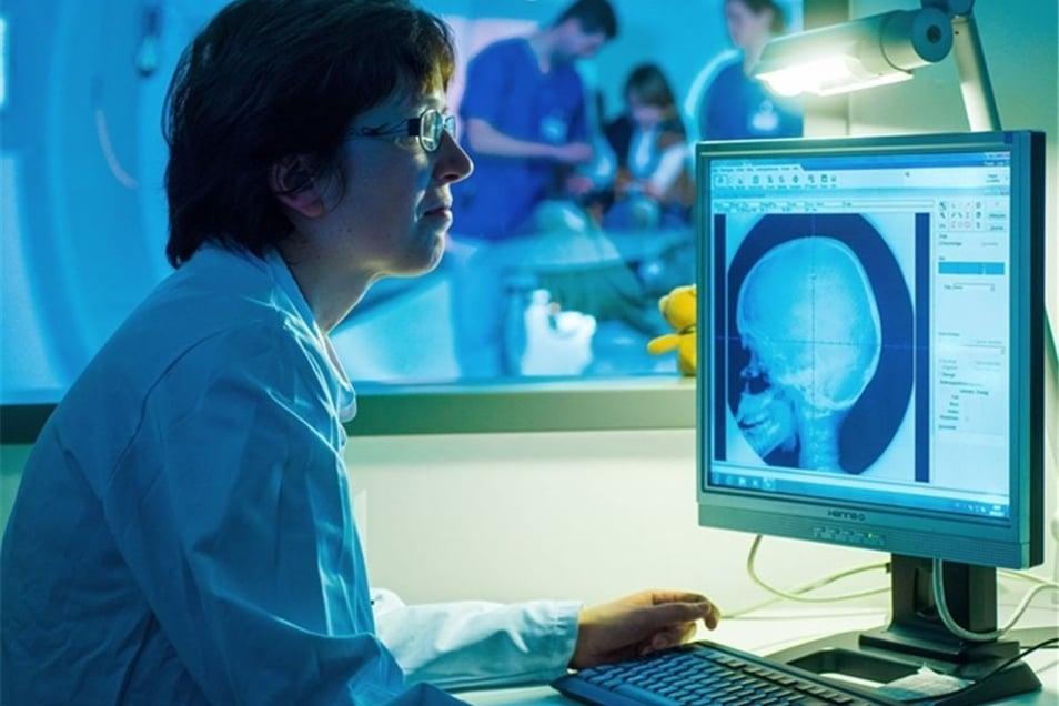 Mechthild Krause behandelt Pia mit der Protonentherapie. Die Wissenschaftlerin und Ärztin leitet eines der international führenden Zentren für Strahlentherapie. Heute übernimmt sie dessen Leitung ganz offiziell. Ihr Vorgänger war zum Jahresende in Heidelb